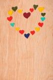 Ensemble de coeurs sur le fond en bois Photo stock