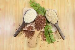 Ensemble de collection de riz sur la poche sur le fond en bois de texture photos stock
