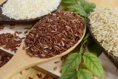 Ensemble de collection de riz sur la poche sur le fond en bois de texture Photo libre de droits