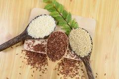Ensemble de collection de riz sur la poche sur le fond en bois de texture Photos libres de droits
