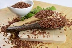 Ensemble de collection de riz sur la poche sur le fond en bois de texture photographie stock