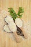 Ensemble de collection de riz sur la poche sur le fond en bois de texture Image stock