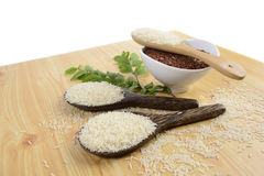 Ensemble de collection de riz sur la poche sur le fond en bois de texture Photographie stock libre de droits