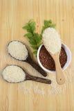 Ensemble de collection de riz sur la poche sur le fond en bois de texture photo stock