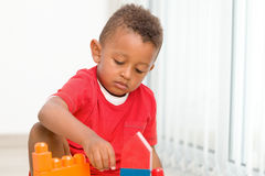 Ensemble de construction de jeu de petit garçon photographie stock libre de droits