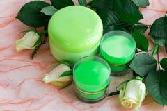 Ensemble de cosmétique de bouteilles crèmes avec des roses Photo stock
