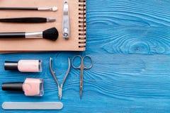 Ensemble de cosmétique et de manucure sur la vue supérieure de fond en bois Photos libres de droits