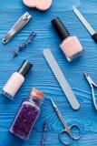 Ensemble de cosmétique et de manucure sur la vue supérieure de fond en bois Image stock