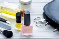 Ensemble de cosmétique et de manucure sur le fond en bois Photo stock