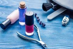 Ensemble de cosmétique et de manucure sur le fond en bois Photos stock