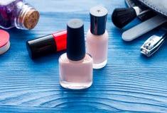Ensemble de cosmétique et de manucure sur le fond en bois Photographie stock
