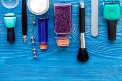 Ensemble de cosmétique et de manucure sur le fond en bois avec la lavande Photo stock