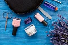 Ensemble de cosmétique et de manucure sur le fond en bois avec la lavande Photo libre de droits