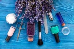 Ensemble de cosmétique et de manucure sur le fond en bois avec la lavande Photographie stock libre de droits