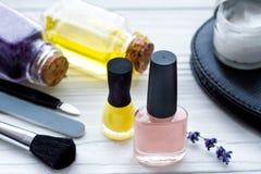 Ensemble de cosmétique et de manucure sur le fond en bois avec la lavande Images stock