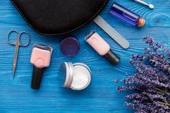 Ensemble de cosmétique et de manucure sur le fond en bois avec la lavande Photos stock