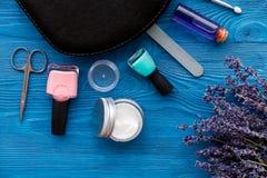 Ensemble de cosmétique et de manucure sur le fond en bois avec la lavande Image libre de droits
