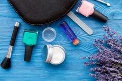 Ensemble de cosmétique et de manucure sur le fond en bois avec la lavande Photos libres de droits
