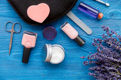 Ensemble de cosmétique et de manucure sur le fond en bois avec la lavande Photographie stock