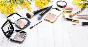 Ensemble de cosmétiques décoratifs pour le correcteur Brushes de fard à paupières de fard à joues de poudre de maquillage et les  Photographie stock