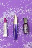 Ensemble de cosmétiques décoratifs professionnels sur le backgro ultra-violet Image stock