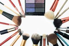 Ensemble de cosmétiques décoratifs sur le fond blanc Photo stock