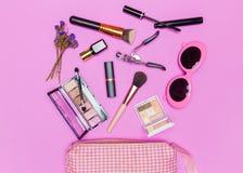 Ensemble de cosmétiques, d'outils de maquillage et d'acces décoratifs professionnels Images stock
