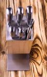Ensemble de couteaux de cuisine brillants en métal sur une table en bois Image libre de droits
