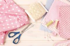 Ensemble de couture : tissus et fils Photographie stock libre de droits
