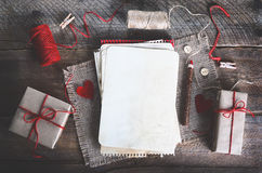 Ensemble de couture : tissus, fils, goupilles, boutons, bande et coeurs faits main sur la toile de jute, fond de toile à sac Effe Photos libres de droits
