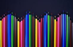 Ensemble de crayons colorés colorés réalistes sur le fond noir Photographie stock libre de droits
