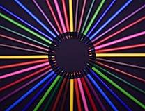 Ensemble de crayons colorés colorés réalistes sur le fond noir Image stock