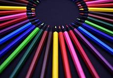 Ensemble de crayons colorés colorés réalistes sur le fond noir Photos libres de droits