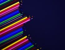 Ensemble de crayons colorés colorés réalistes sur le fond noir Image libre de droits