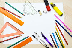 Ensemble de crayons, de gommes à effacer, de post-its et d'autres approvisionnements utiles pour l'école Il y a une page blanche  Images stock
