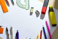 Ensemble de crayons, de gommes à effacer, de post-its et d'autres approvisionnements utiles pour l'école Il y a une page blanche  Photos libres de droits