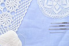 Ensemble de crochet. Fil, napperon et crochets de crochet. Photo stock