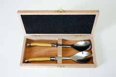 Ensemble de cuillères de salade dans le cas en bois. Images stock