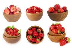 Ensemble de cuvettes avec des fraises d'isolement sur le blanc Photo stock