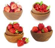 Ensemble de cuvettes avec des fraises d'isolement sur le fond blanc Photos libres de droits