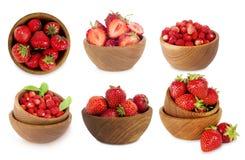 Ensemble de cuvettes avec des fraises d'isolement sur le fond blanc Image stock