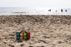 Ensemble de cuvettes colorées pour le jeu de plage Photo stock
