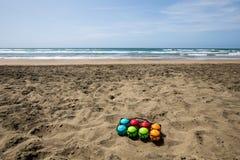 Ensemble de cuvettes colorées pour le jeu de plage en mer Photos libres de droits