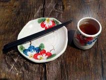 Ensemble de dîner japonais avec la tasse de thé, le plat et les baguettes peints à la main photos libres de droits