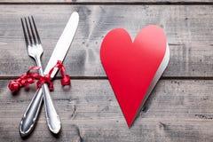 Ensemble de dîner romantique sur le fond en bois image stock