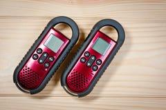 Ensemble de deux interphones de couleur rouge sur un fond en bois Image libre de droits