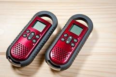 Ensemble de deux interphones de couleur rouge sur un fond en bois Photo libre de droits