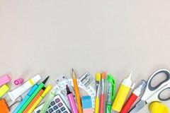 Ensemble de différentes fournitures scolaires pour des enfants sur la surface grise de bureau photo stock