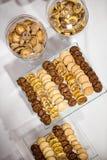Ensemble de différentes pâtisseries au café Images stock