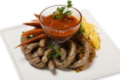 Ensemble de différentes saucisses savoureuses avec les pommes de terre rôties Photos libres de droits